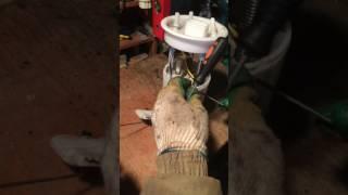 Замена фильтра топливного насоса POLO седан Видео 2