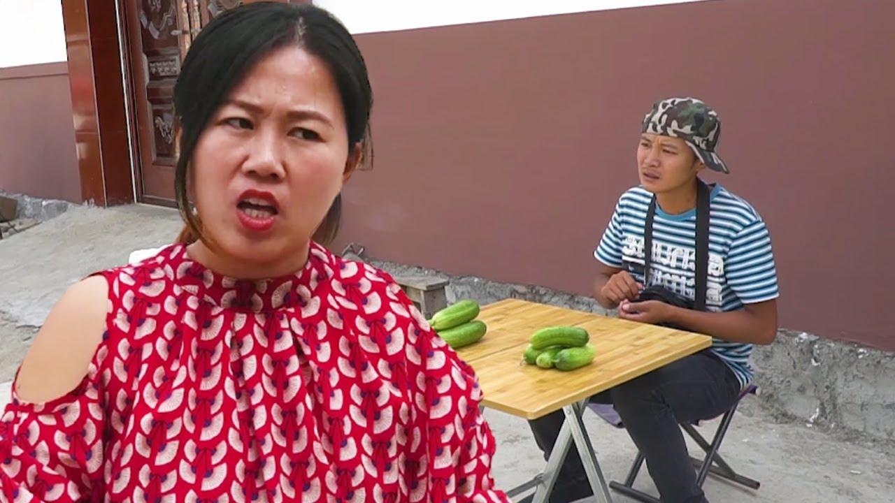 老光棍賣黃瓜,美女一連買三天,套路一次比一次深,太逗了【大勇喜劇兒】