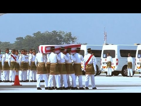 Remains of MH17 dead arrive in Malaysia