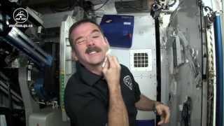 Chris Hadfield explique comment les astronautes se rasent dans l