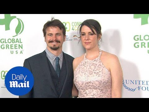 Newly-engaged Jason Ritter & Melanie Lynskey together in 2016 - Daily Mail