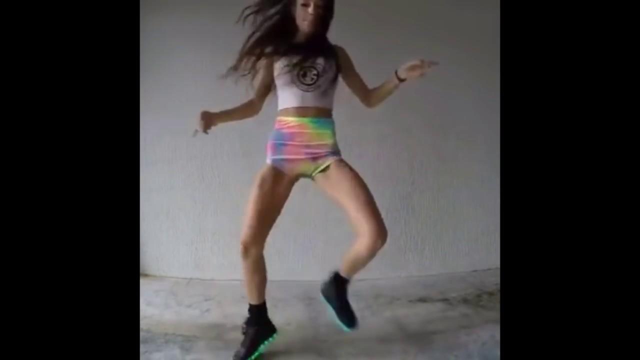 popular mujer bailando