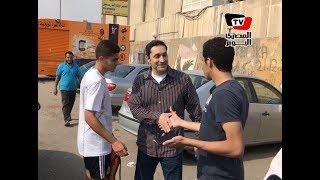 مواطنون يلتقطون صور تذكارية مع علاء مبارك