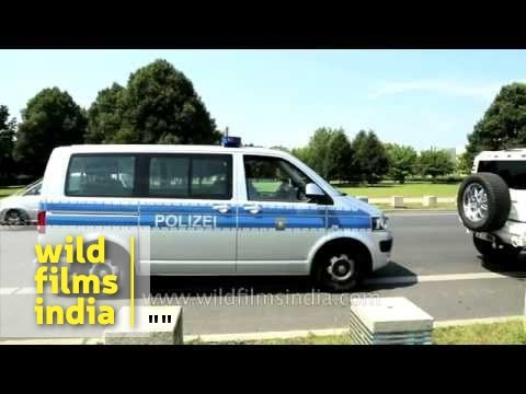 Polizei pulls up stretch Hummer driver for wrong parking, Berlin