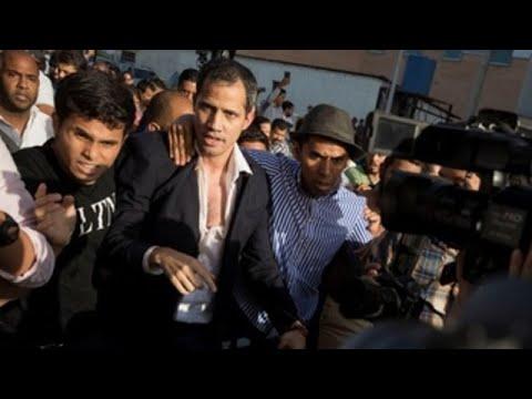 Guaidó, recibido a golpes por un xentío  chavista á súa chegada a Caracas