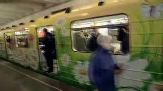 Цветочный вагон в метро Киев(http://www.sendflowers.ua/ - служба доставки цветов по Киеву, Украине и миру. Подписывайтесь на наш канал: http://www.youtube.com/us..., 2015-03-06T10:06:30.000Z)