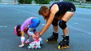 孩子們假裝在操場上玩滾軸溜冰兒童有趣的嬰兒視頻和童謠歌曲