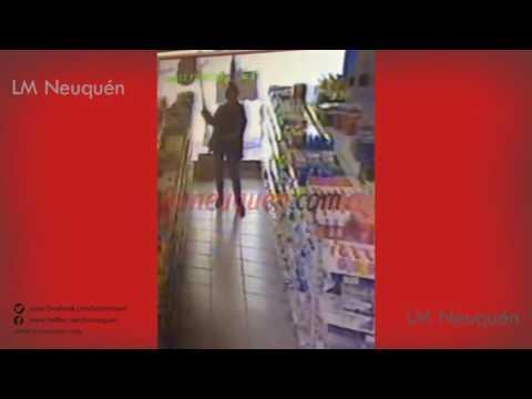 Escrachan a una joven robando en un autoservicio chino