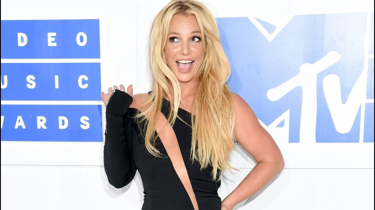 Britney Spears - 2016 Video Music Awards (White Carpet) - YouTube