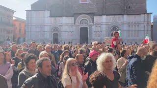 Bologna, migliaia No Pass in piazza. Gli slogan e la protesta: