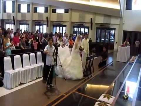 "Perarakan Menuju Altar Diiringi Lg ""Aku Abdi Tuhan."" Pernikahan Beny Muliawan & Grace Patricia."