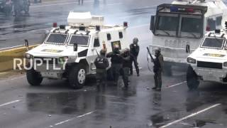 Venezuela: Police and national guard deploy water cannons on protesters