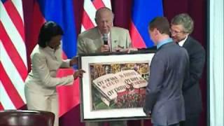 В США Медведеву подарили советский  плакат
