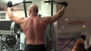 Подтягивания на перекладине, накачать спину. Тренировка спины на турнике с собственным весом.(Упражнения для мышц спины со свободным весом - Подтягивания на турнике, перекладине, вертикальные тяги...., 2011-02-18T01:07:26.000Z)