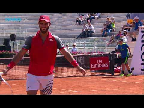 BIZARRE: Robert Farah's tennis racquet breaks when returning! | Rome 2018