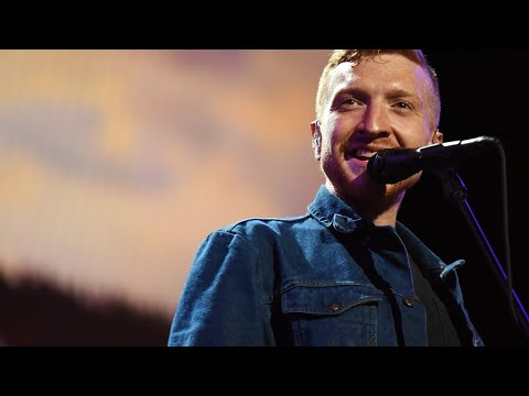 """Tyler Childers Delivers Bad*ss Cover Of Kenny Rogers' """"Tulsa Turnaround"""" At Farm Aid 2021"""