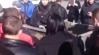В Днепропетровске женщину бросили в мусорный бак.«революция мусорных баков».