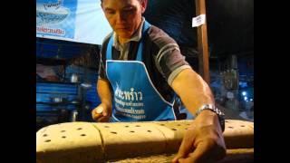 タイ屋台のお菓子 糸でサクサク切っていく蒸しケーキ カノムサーリー
