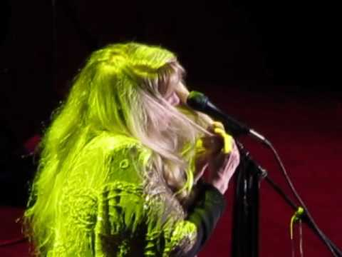 Stevie Nicks Dances to Gold Dust Woman Live