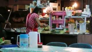 Тайская еда. Рис в ананасе с морепродуктами.
