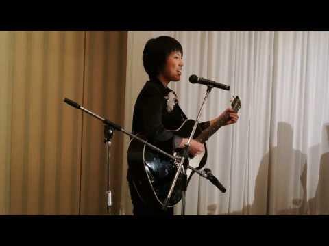 ギター弾き語り、マイトリー(サンスクリット語で おもいやり という意味)のボーカル、をしている森田さやかさん。 結婚披露宴でのライブ...
