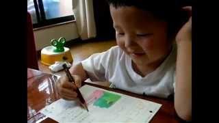 2歳8ヶ月。公文の国語を学習中。ふざけていますが(笑)、ひろい読みで...