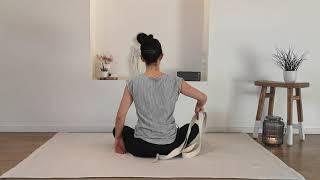 Morning routine : Schouders los maken met yogariem ( of sjaal)