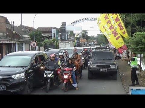 tradisi-perayaan-lebaran-ketupat,-jalanan-di-trenggalek-sesak-dibanjiri-mobil-&-motor---bioztv.id