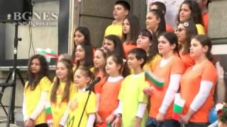 """Деца пеят """"Хубава си моя горо"""" на площад Славейков"""