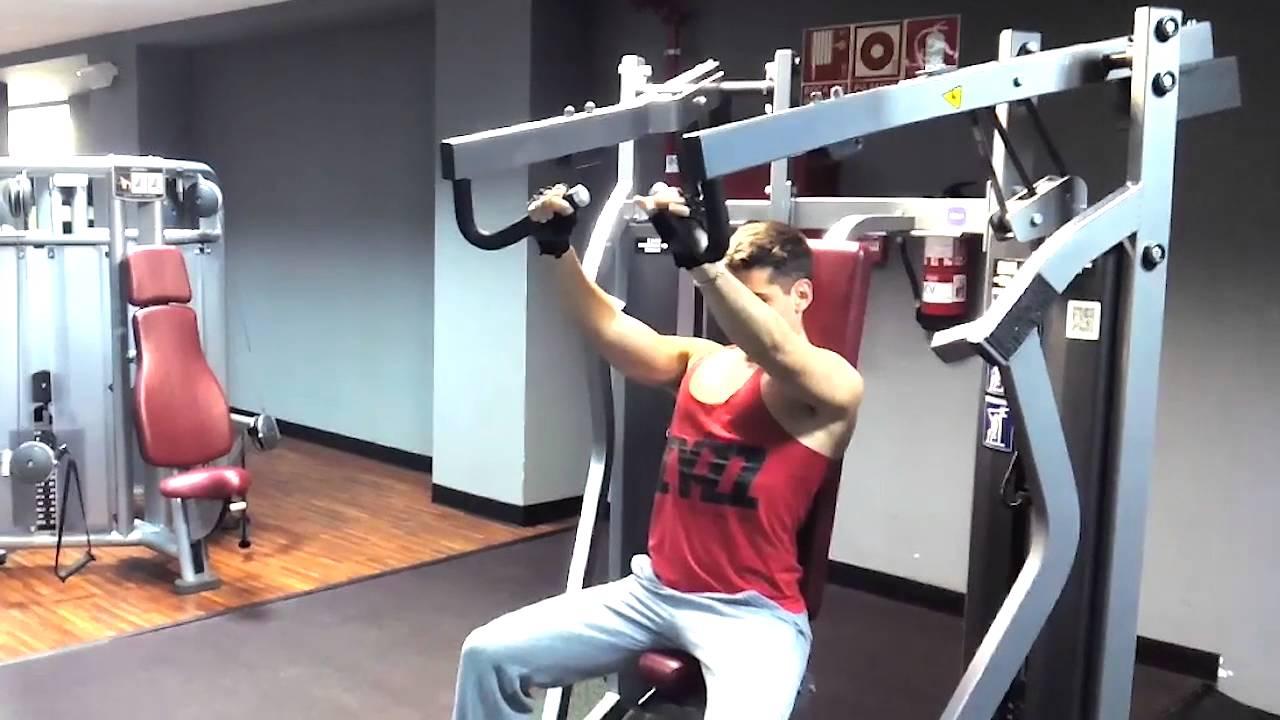 Ejercicio gym press de pecho en maquina congesti n de for Maquinas para gym