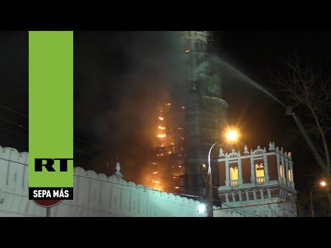 Incendio en el campanario del Monasterio Novodévichi de Moscú