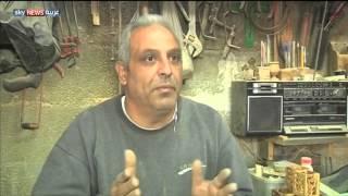 فلسطينية تصنع الحلي من خشب الزيتون