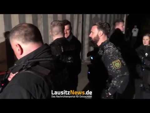 Rechte greifen Polizisten und Journalisten an