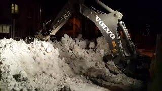 Уборка снега экскаватором-погрузчиком(Работа задним-траншейным ковшом в компактных условия уборки. В холодные, морозные ночи, наша техника всегд..., 2015-12-22T11:38:18.000Z)