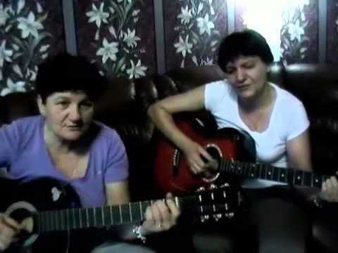 Забавные тётечки играют на гитарах и сами себя хвалят:))
