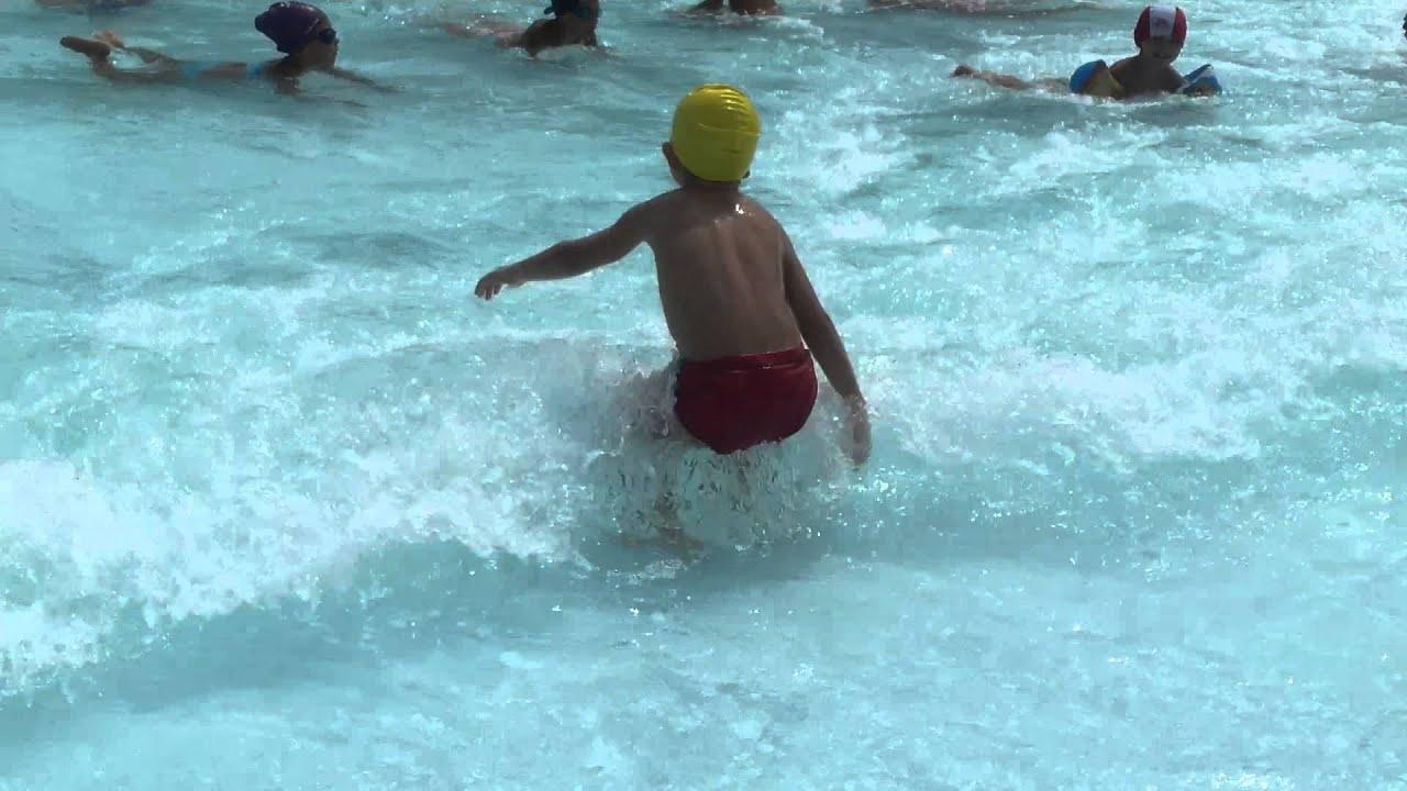 Tutti nella piscina onde acquapark bari youtube for Piscina wspace bari