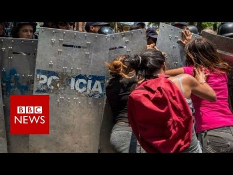 Carabobo fire: Relatives of dead Venezuelan prisoners tear-gassed - BBC News