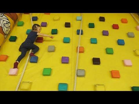 Sonja trazi Kinder Jaja Igracke u Igraonici za decu / Vazdusni Tobogani i Dvorci / Fun Playground
