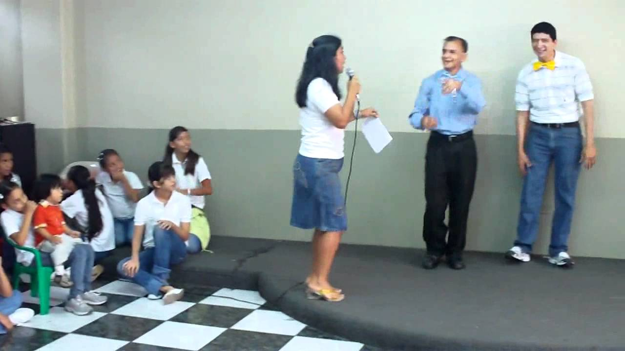 Agasajo dia del padre juego de las sillas youtube for Sillas para coche grupo 2
