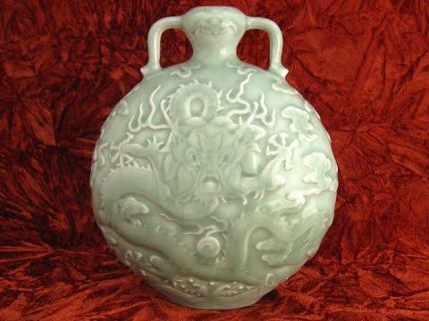 Qing Qianlong celadon moon flask 清乾隆豆青浮雕龍小扁壺