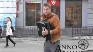 Алексей Воробьев на улицах Казани играет на гармошке