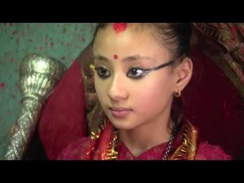 Jakie kryteria trzeba spełniać, żeby zostać Kumari? [Kobieta na krańcu świata]: Oglądaj w player.pl: http://player.pl/programy-online/kobieta-na-krancu-swiata-odcinki,87/odcinek-6,do-pierwszej-krwi-nepal,S04E06,15567.html?atpl#play  W Nepalu, największą czcią otacza się boginię Taleju, która czuwa nad spokojnym życiem Nepalczyków. Nie znajdziecie jednak w Nepalu posągów z jej wizerunkiem. Bogini, siedzi na tronie w swoim pałacu i przyjmuje interesantów. Błogosławi wiernych i wysłuchuje ich skarg. Jak to możliwe? Bogini wciela się w postać małej nepalskiej dziewczynki, nazywanej tutaj Żywą Boginią, Kumari. To ona jest bohaterką tego odcinka.