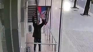 """Мужчина в Донецке снял """"флаг"""" ДНР"""