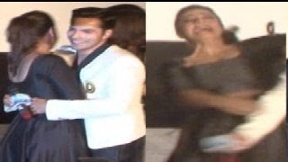 Varun Dhawan SAVES Kajol from Falling at Dilwale Trailer Launch