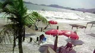 mar enfurecido en las playas de acapulco mexico