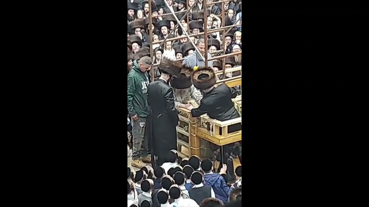 Satmar Rebbe R' Aharon performing Mitzvah Of Reishis Hageiz - Chol Hamoed Pesach 5781