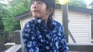 阿丹寶跟妹妹玩輪胎