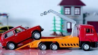 Игрушечные машинки. Авария на дороге. Полицейские машины и эвакуаторы