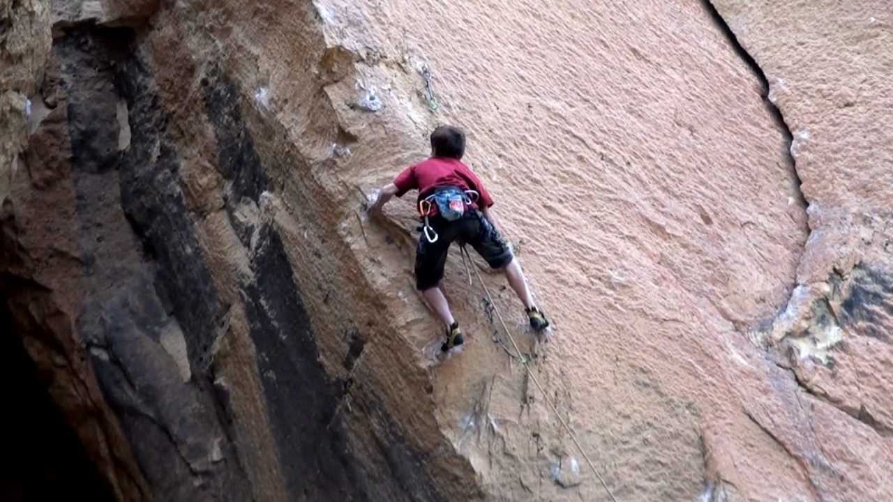 Drew Ruana (13 años) encadenando Mr. Yuk 5.14a/8b+ (at Smith Rocks, OR )