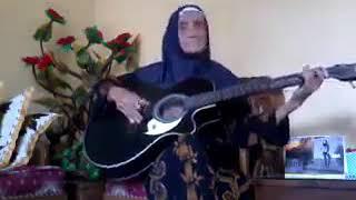 aksi keren nenek hebat memainkan gitar